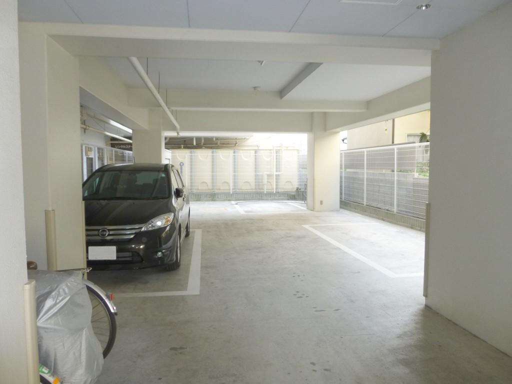 1階駐車場(屋根付き)