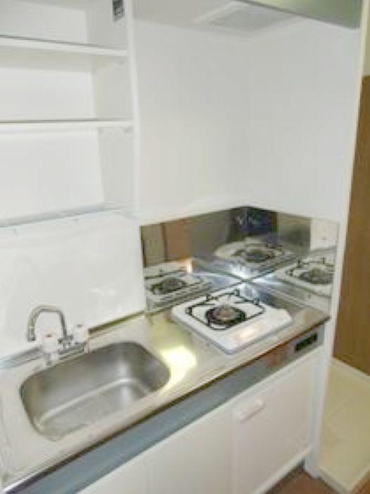 キッチン・1口ガスコンロ、ミニ冷蔵庫あり(キッチン)
