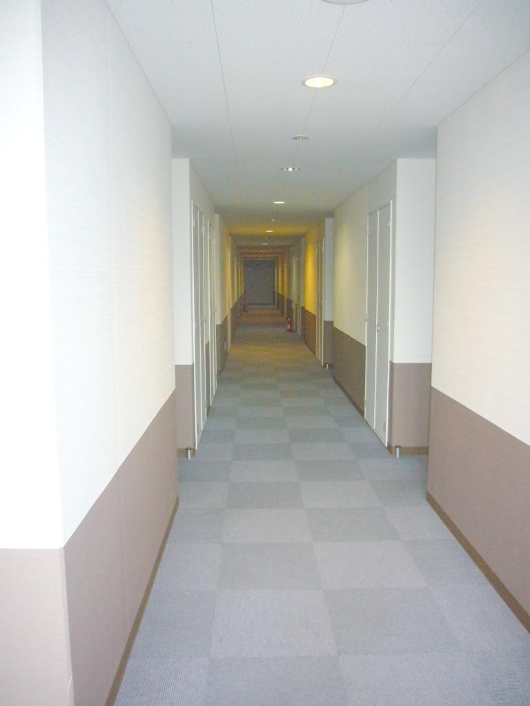 エレベーターを降りるとホテルのような中廊下です